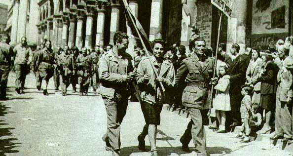 partigiani sfilano per le strade di milano1