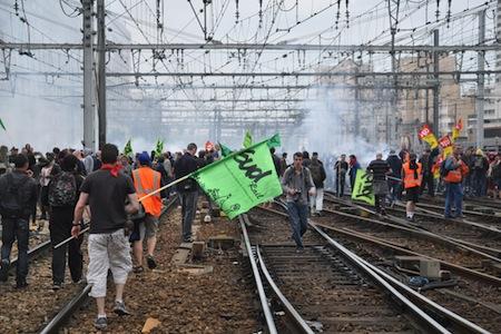 7772726535 des-cheminots-en-greve-sur-les-rails-de-la-gare-montparnasse-a-paris-mardi-17-juin-2014