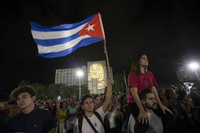 epaselect epa05652811 A person holds a Cuban national flag during a farewell ceremony for the late Cuban former President Fidel Castro at the Plaza de la Revolucion of Havana, Cuba, 29 November 2016. Cubans are gathering at the Jose Marti Monument in Havana's Plaza of the Revolution to bid farewell to Cuban former President Fidel Castro. Castro died at the age of 90 on 25 November.  EPA/ORLANDO BARRIA