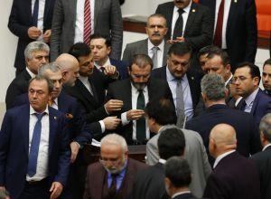 TBMM Genel Kurulunda, anayasa değişikliği teklifinin görüşmelerinde CHP'liler kürsüyü işgal etti. Bunun üzerine AK Parti'liler kürsü ile Başkanlık Divanı arasına geçerek, CHP'lileri kürsüden uzaklaştırmaya çalıştı. Bu sırada iki partinin milletvekilleri arasında yumruklaşmaya varan kavga yaşandı. Kavganın ardından TBMM Başkanvekili Ahmet Aydın, AK Parti Kahramanmaraş Milletvekili Mahir Ünal'a söz verdi. Ünal, ses sisteminin bozulması nedeniyle görevliler tarafından getirilen yaka mikrofonuyla kürsüde konuşmasını yaptı. Ünal konuşmasını yaparken AK Parti milletvekilleri etrafında bekledi. ( Murat Kaynak - Anadolu Ajansı )