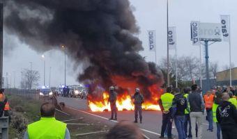 Agricoltori bloccano l'autostrada a Haen, nei Paesi Baschi.